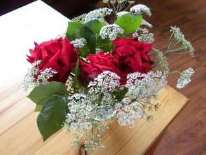 Drie rozen in combinatie met bloeiend zevenblad, een uniek boeket.
